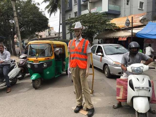 These mannequins are enforcing traffic on the streets of India