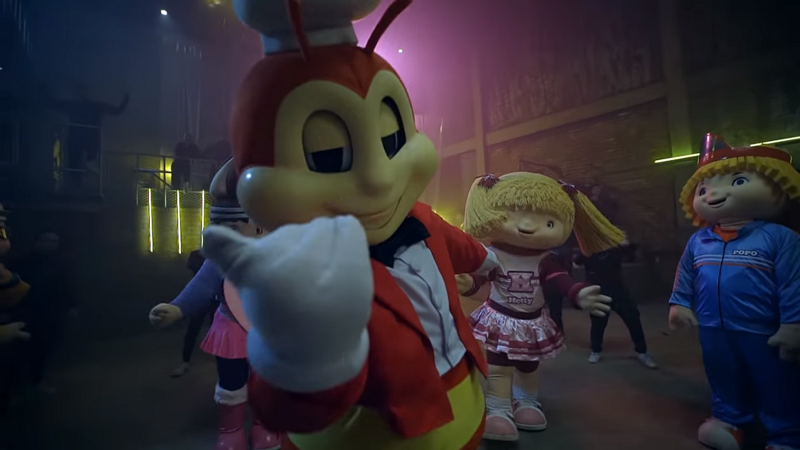 So this fast food mascot and Upeepz just had an epic dance battle